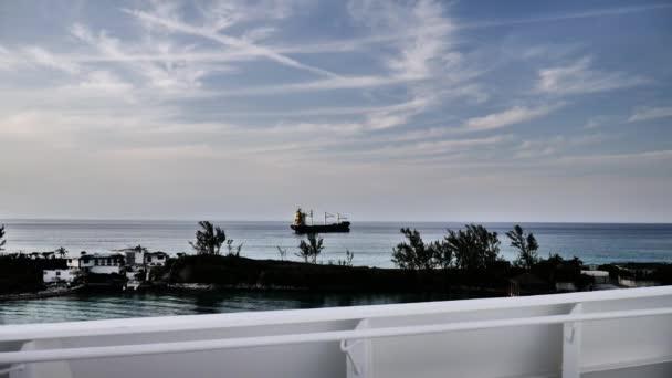 Nákladní kontejnerová loď na Bahamách