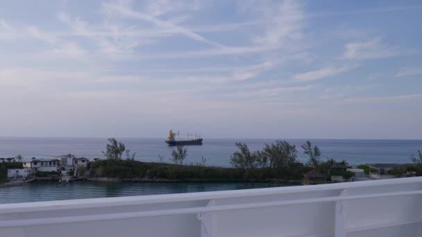 Rakomány konténer hajó a Bahama-szigeteken