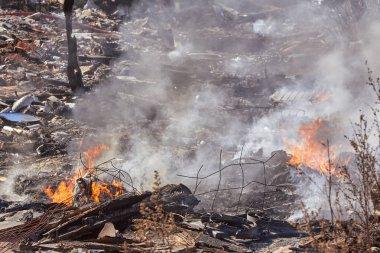 Riga, Letonya 'daki yasadışı çöplükte yangın