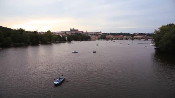 Nádherný panoramatický výhled přes řeku Vltavu a Pražský hrad v České republice