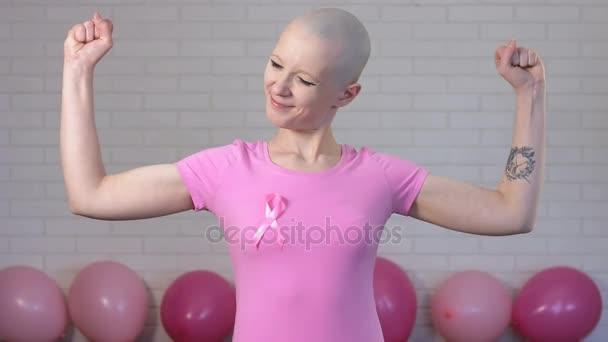 Silní a šťastní prsu rakovina survivior žena ukazuje biceps - prsu rakovina povědomí koncept