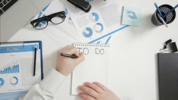 Felülnézet üzletember ül íróasztal írás-hoz csinál oldalra dől-a jegyzetfüzet
