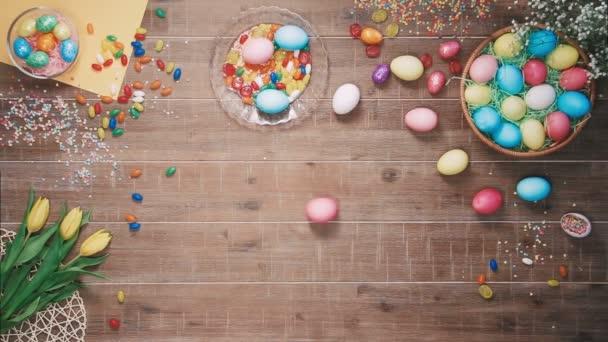 Húsvéti tojás húsvéti tojás díszített asztalon forog. Szemközti nézet