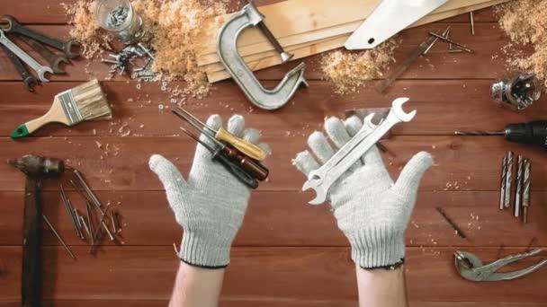 Pohled shora řemeslník ruce klíč a šroubovák