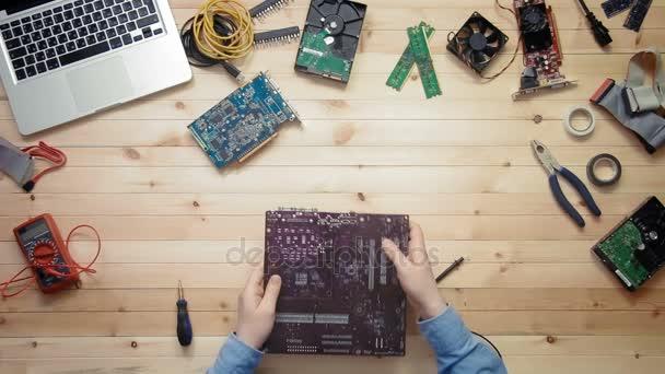Technicien en informatique vue de dessus réparation de carte mère