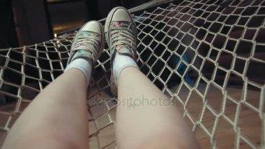 Junge Womans Beine Entspannen Auf Der Hängematte In Ihrem Loft Wohnung