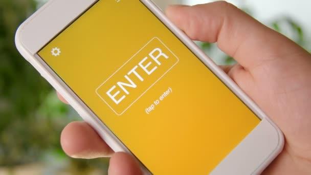 Faktury si koncept aplikace na smartphone. Člověk používá mobilní aplikace