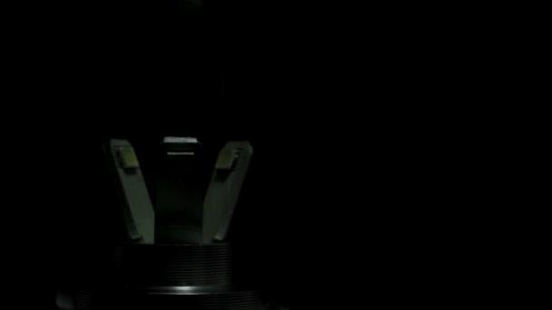 Žárovka, makro na tmavém pozadí