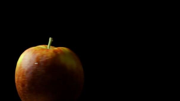 Chutné šťavnaté jablko na černém pozadí