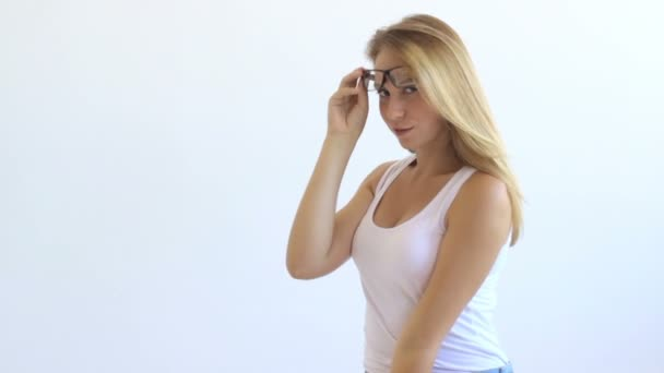 Mladá hezká dívka s brýlemi