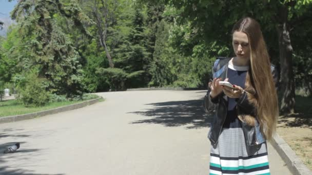 Hübsche junges Mädchen nutzt smartphone