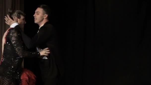 Pár, a fiatal gyönyörű nő és a fiatal férfi tánc