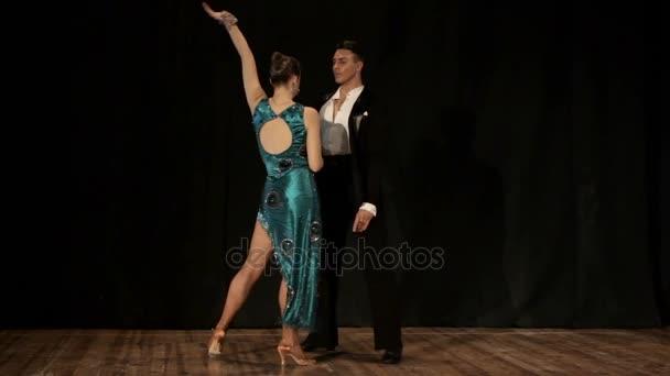 Pár, Mladá krásná žena a mladý muž tanec