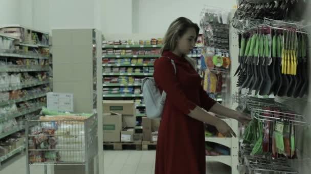 Fiatal, csinos nő, a vásárlás, a mall