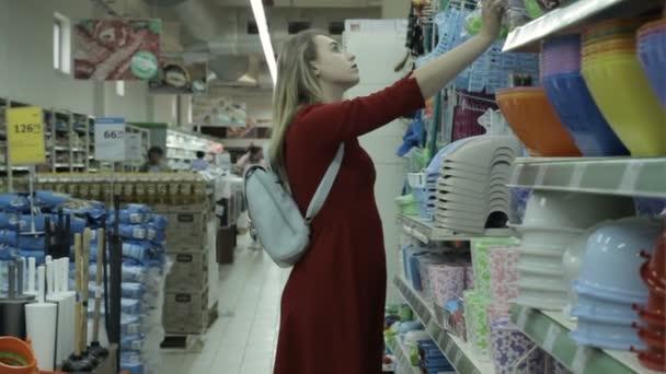 Mladá krásná žena, nakupování, mall