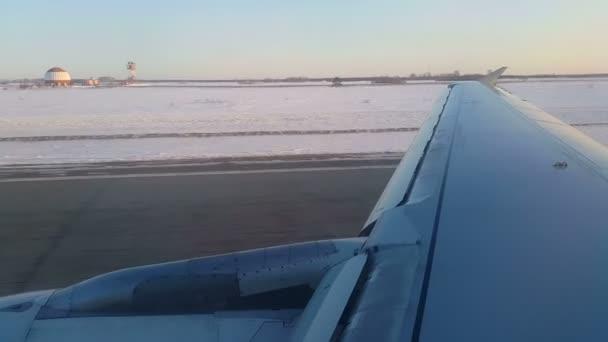 Vzlet letounu nad zasněženou prostor na obloze