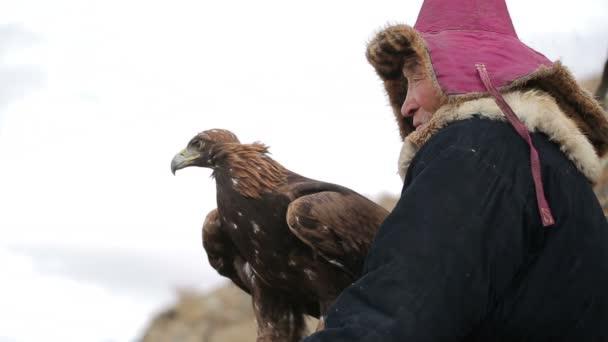 Orel a nomad na kopci