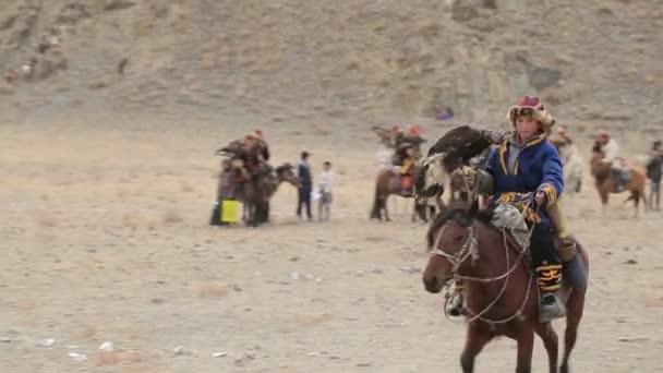 Chlapec na koni s golden eagle