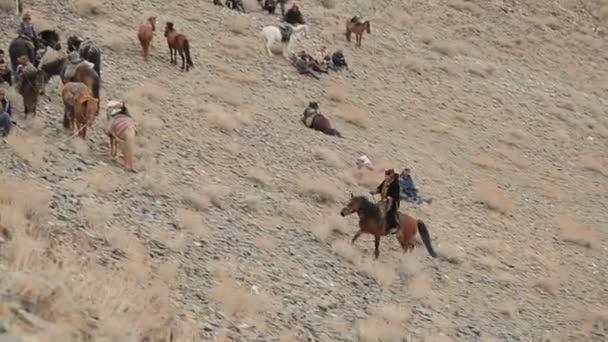 Jezdce na koních, na kopci