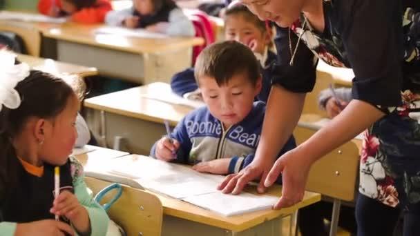 Tanár ellenőrzi a munka