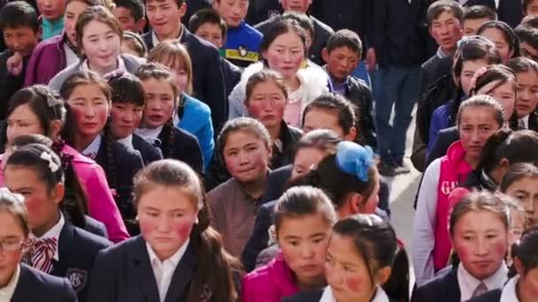 Děti stojí před školou
