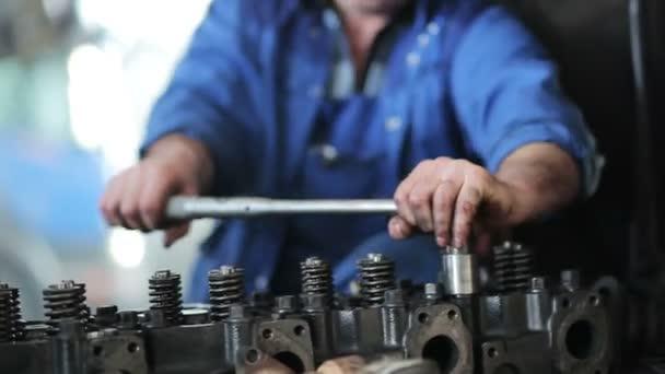 Opravář, opravy motoru nákladního automobilu