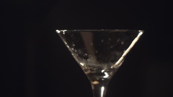 Große Eiswürfel in ein Glas fallen