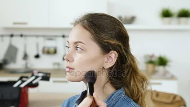 Modern friss arc szép tizenéves lány smink. Természetes életmód