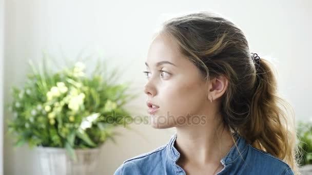 Kifejező szemek nagyon tizenéves lány portréja