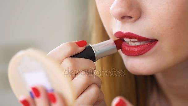 Fiatal kozmetikus alkalmazni professzionális kozmetikumok, hogy tökéletes megjelenés