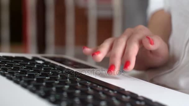 Dospívající dívka s nositelný laptop pro online komunikaci