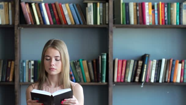 Fiatal nő az olvasó egy irodalmi vagy tanulás