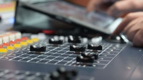 Sound designer lavorando il controllo del suono