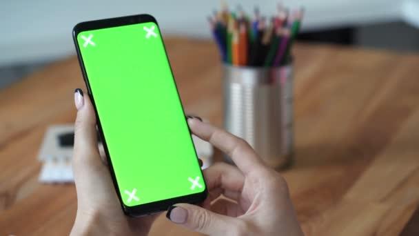 Mobiltelefon használata a zöld képernyő közelről