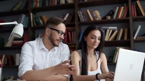 Due partner di avvio brainstorming lavorano