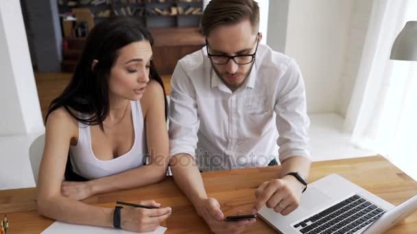 Mitarbeiter sprechen über neue Anwendung für das Handy — Stockvideo ...