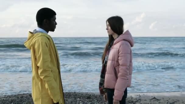 Dívka a muž na sebe dívali na pobřeží slowmo