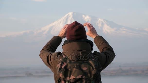 Reisender fotografiert Schneeberge am Telefon