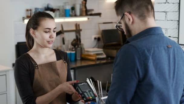 Proveďte platbu banky telefonicky v kavárně