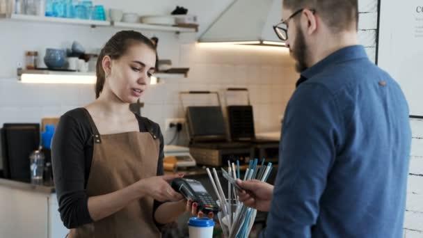 Provedení bankovní platby kreditní kartou v kavárně