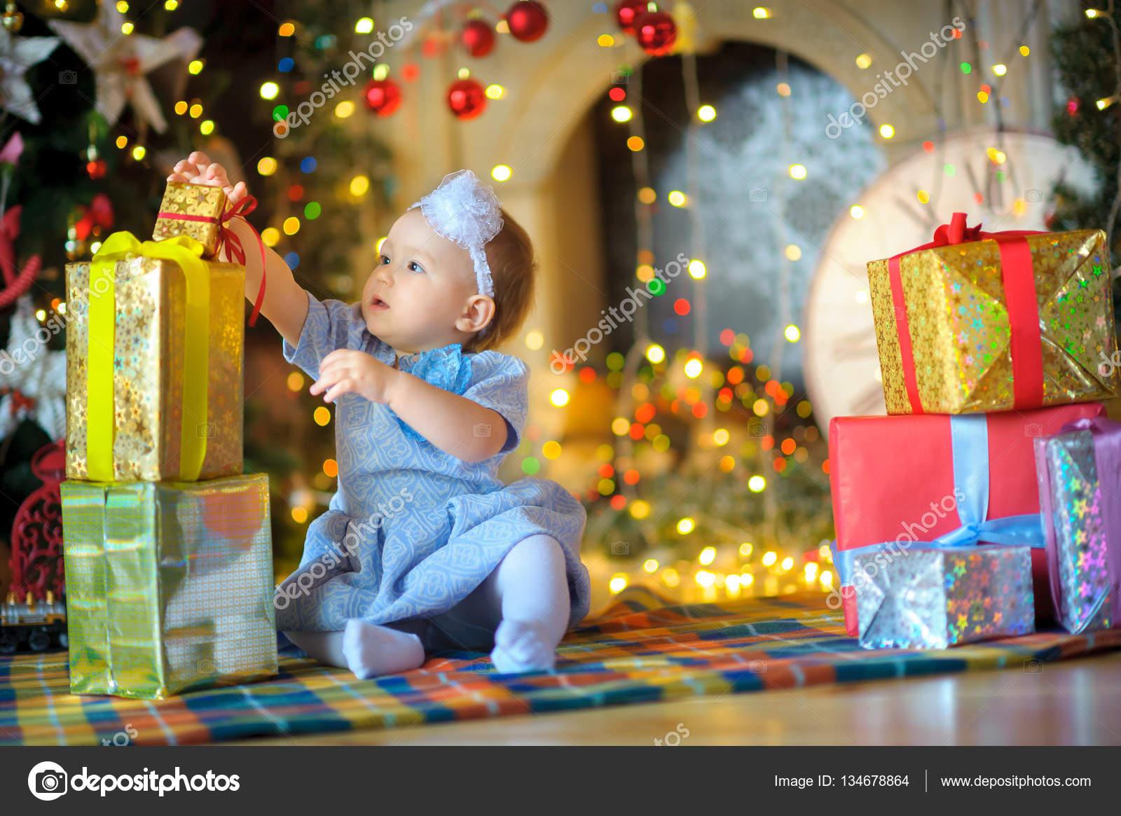 kleines Mädchen mit Weihnachtsgeschenke — Stockfoto © fotosaga ...