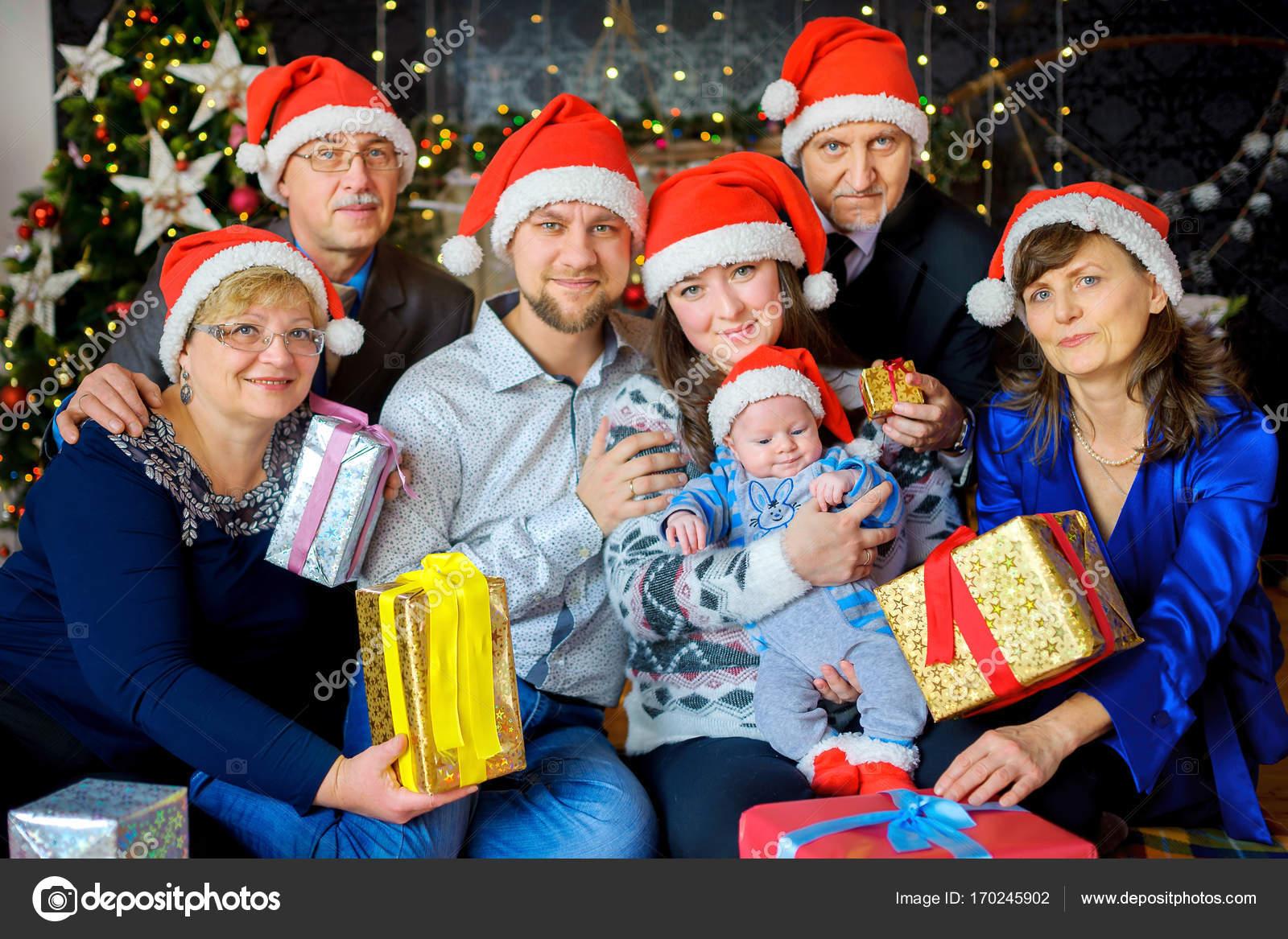 Eine Große Freundliche Familie Feiert Weihnachten Geben Einander ...