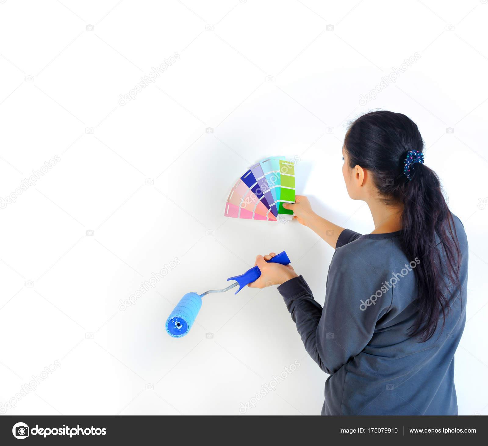 Mädchen Nimmt Die Farbe Für Das Streichen Der Wände Ihrem U2014 Stockfoto