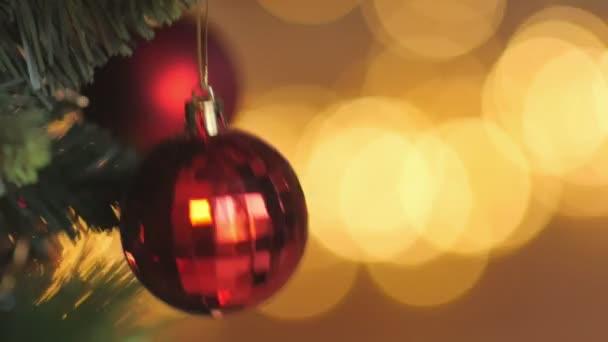 primo piano riprese decorazioni albero di Natale con le palle festive su uno sfondo di luci luminose di ghirlande, vacanze