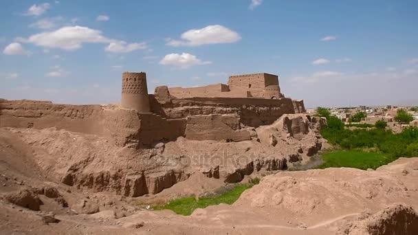 panorama města staré íránské postavené z hlíny, pevnost na kopci. Maybod, Írán