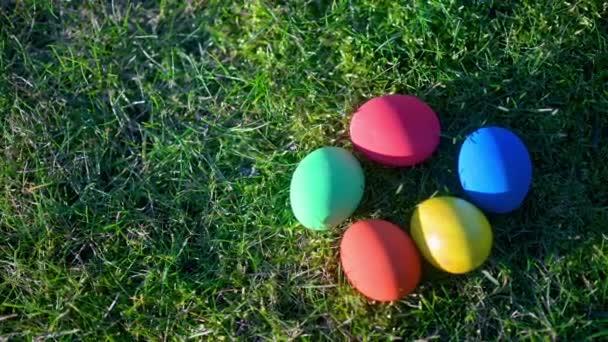 Barevná velikonoční vajíčka na louce. Easter Egg Hunt. Velikonoční koncept pozadí.