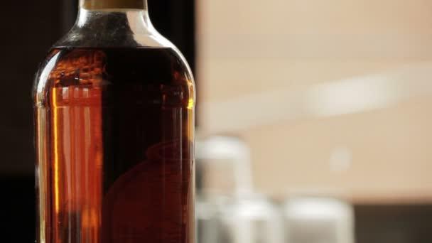 kézzel állítja üveg sör mellett magas whiskey bottle
