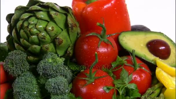 míchaná zelenina, otáčení na bílém pozadí