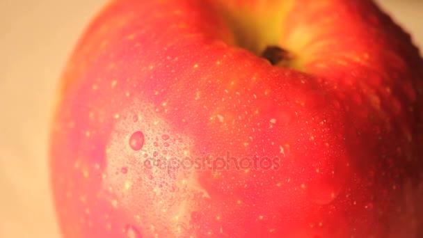 pomalu se otáčející jediné jablko