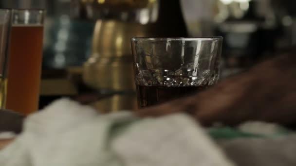barman maže kolem pivní sklenice zvedne mince